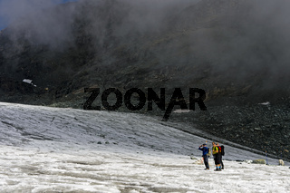 Wanderer bei Nebel auf dem Hohlaubgletscher