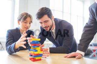 Übung mit Bausteinen für Teambuilding