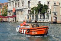 Der Lastkahn TNT auf dem Canal Grande, Venedig