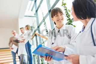 Erfahrene Ärztin unterstützt junge Kollegin