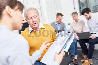 Geschäftsleute beraten über ein Konzept