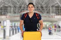 Junger Mann mit Koffer Flughafen Reise reisen verreisen Urlaub fliegen