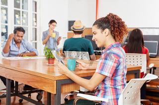 Junge Startup Frau arbeitet am Laptop