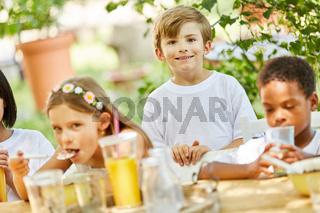 Gruppe Kinder zusammen beim Frühstück