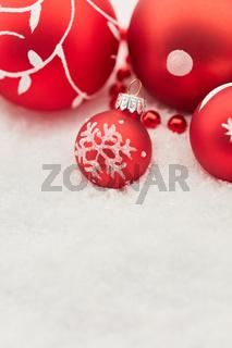 Karte zu Weihnachten mit Schnee und Christbaumkugeln