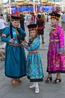 Drei Mädchen in traditioneller Festtagskleidung, Ulanbator, Mongolei