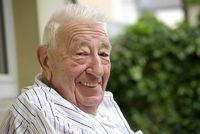Ein Rentner sitzt im Garten
