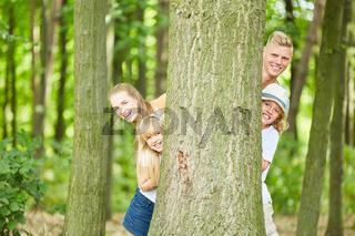 Glückliche Familie spielt verstecken