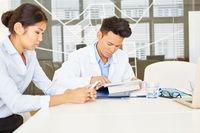 Ärzte arbeiten mit Tablet PC und Smartphone