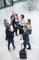 Mitarbeiter motivieren sich mit einem High Five