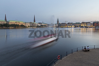 Blick auf die Hamburger Binnenalster in der Abenddämmerung, Hamburg, Deutschland
