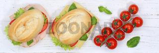 Brötchen Sandwich Baguette belegt mit Käse und Schinken von oben Banner auf Holzbrett