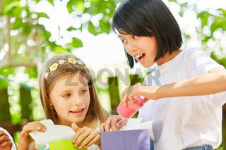Mädchen und Freundin beim Geschenke auspacken