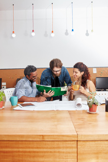 Startup Team diskutiert Projektplanung
