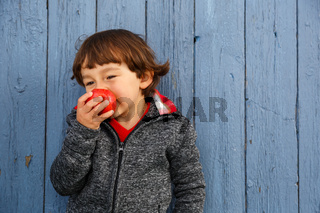 Kind Apfel Obst Früchte essen lachen Herbst gesunde Ernährung