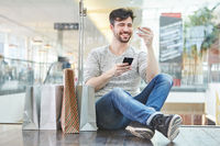 Junger Mann beim online Shopping