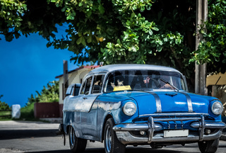 HDR - Amerikanischer blauer Pontiac Oldtimer in Varadero Kuba - Serie Kuba 2016 Reportage