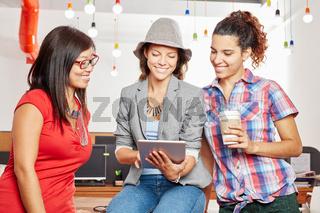 Drei Frauen im kreativen Startup Team