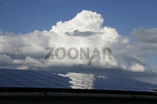 Solarzellen von Wolken verdeckt