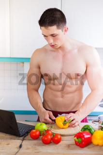 Essen kochen junger Mann Bodybuilder Gemüse Mittagessen Internet gesunde Ernährung