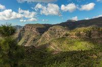 Karges Gebirge mit Himmel in Gran Canaria