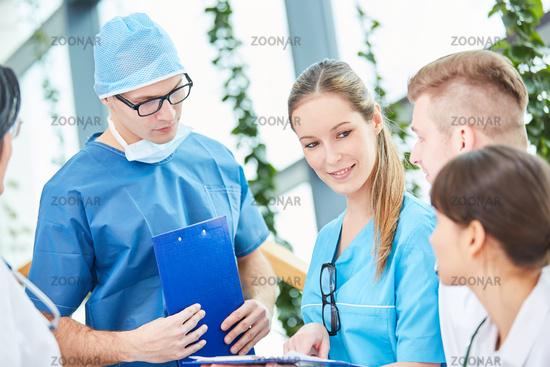 Junger Chirurg und sein Ärzteteam
