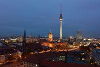Berlin City bei Nacht mit Fernsehturm und Rotes Rathaus