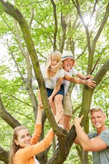 Zwei Kinder klettern auf einen Baum