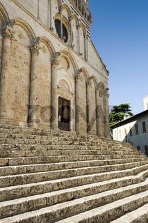 Außergewöhnliche Treppe vor der Kathedrale San Cerbone in Massa Marittima, Gebäude der Renaissance