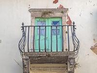 Balkon mit eisernem Geländer an einem alten Haus in Kroatien