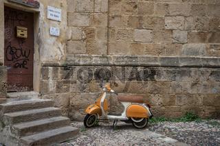 Motorroller in der Altstadt von Alghero, Sardinien