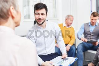 Berater im Gespräch in einem Meeting