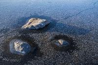 Steine in einem gefrorenen See, Lappland