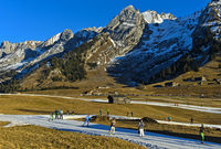 Skilangläufer auf improvisierten Loipen, Massif des Aravis, Savoyen, Frankreich