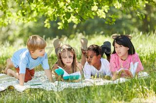 Multikulturelle Gruppe Kinder lernt zusammen