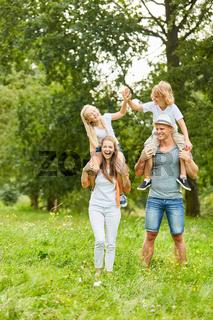 Kinder haben Spaß auf dem Rücken der Eltern