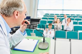 Dozent und Professor für Medizin bei einem Referat