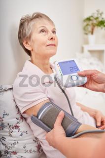 Blutdruck Kontrolle bei einer Seniorin