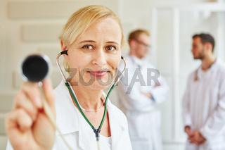 Ärztin macht Diagnose mit Stethoskop