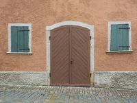 Außenansicht eines Hauses mit Holztür und Fensterläden in Rothenburg ob  der Tauber, Deutschland
