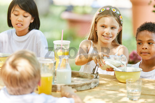 Multikulturelle Gruppe Kinder beim Frühstück