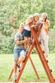 Familie und Kinder auf einem Klettergerüst