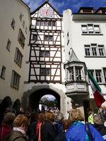 touristengruppe vor stadttor.JPG