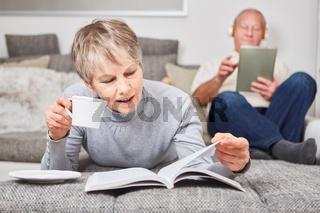 Ältere Frau liest in einem Buch