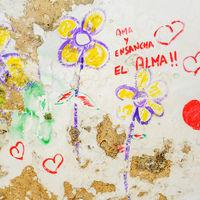 Grafitti mit Herzen und Liebesschwur auf Spanisch