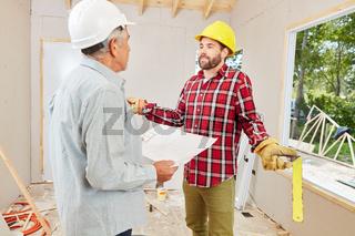 Handwerker besprechen Problem auf Baustelle