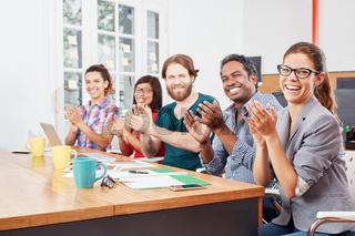 Geschäftsleute klatschen Beifall im Büro