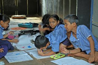 Indische Jungen und Mädchen beim Lernen in ihrer Schulklasse, Gokarn Südindien, Asien