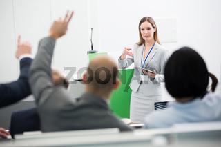 Referentin stellt Fragen in Business Workshop