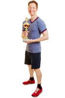 Mann als Sieger beim Sport mit Pokal